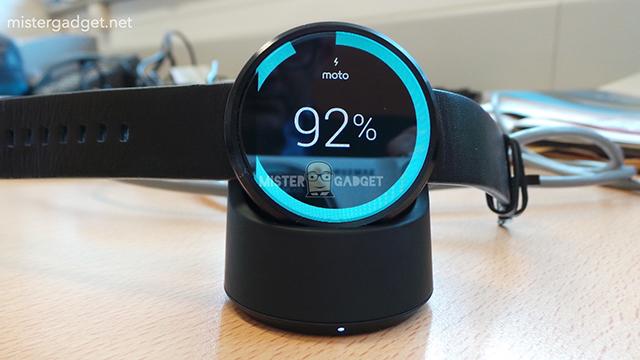 Hình ảnh đồng hồ Moto 360 cùng dock sạc không dây