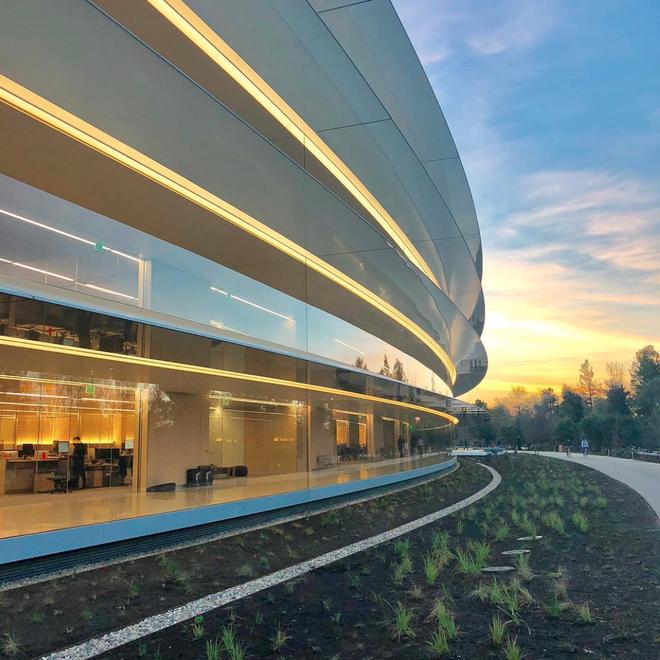 Vào lúc mặt trời lặng, trụ sở này trông rất đẹp vì kính phản chiếu ánh nắng