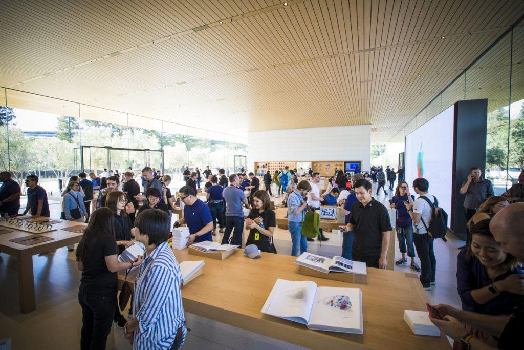Một Apple Store khá lớn bên trong trụ sở, Apple Store này được Giám đốc thiết kế của Apple - Jony Ive đảm nhận