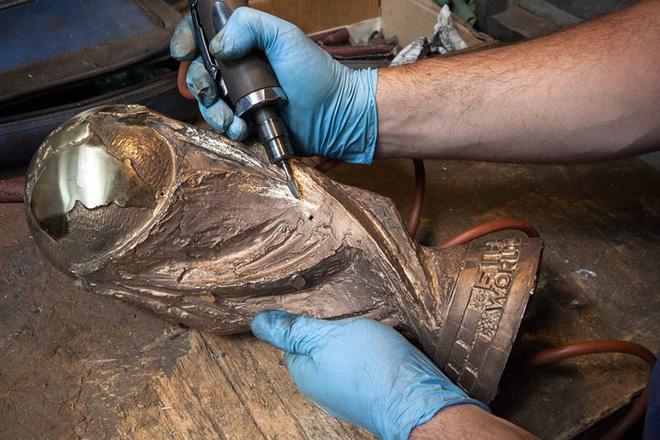 Nghệ nhân của GDE Bertoni tỉ mỉ loại bỏ chi tiết thừa sau khi lấy chiếc cup ra khỏi kuôn đúc.