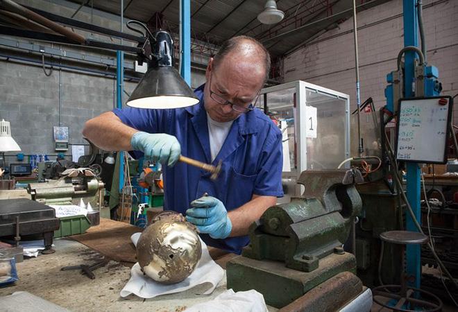 Chiếc cúp vàng được hoàn thiện chi tiết bằng tay bởi những người thợ lành nghề