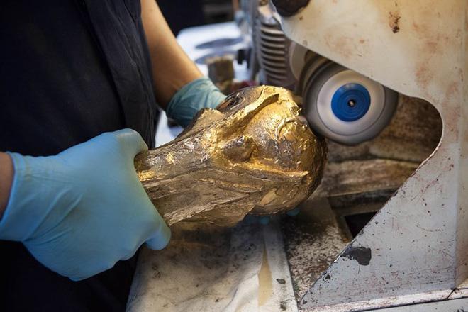 Chiếc cúp vàng được mài và đánh bóng sau khi loại bỏ chi tiết thừa.