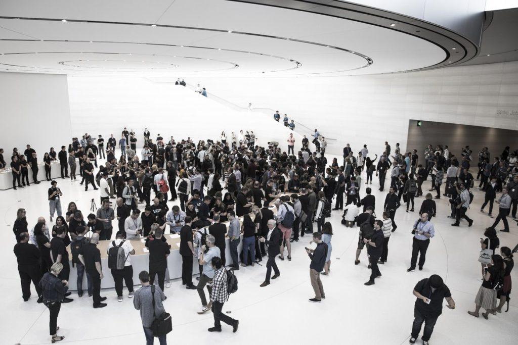 Steve Jobs Theater trong một sự kiện ra mắt sản phẩm của Apple.