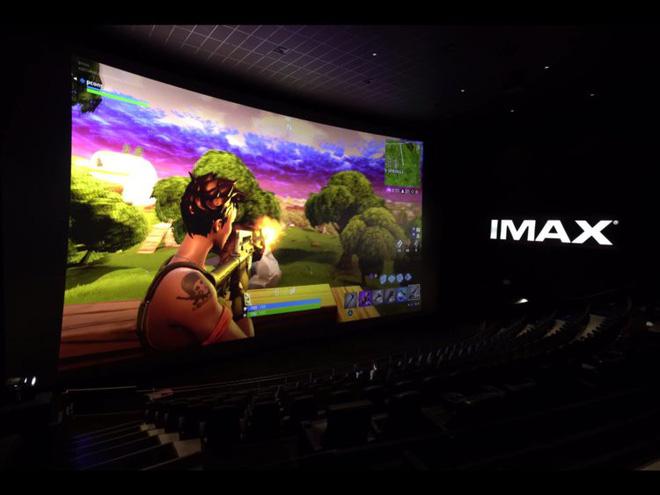 Youtuber của Unbox Therapy chơi Fornite trên màn hình IMAX