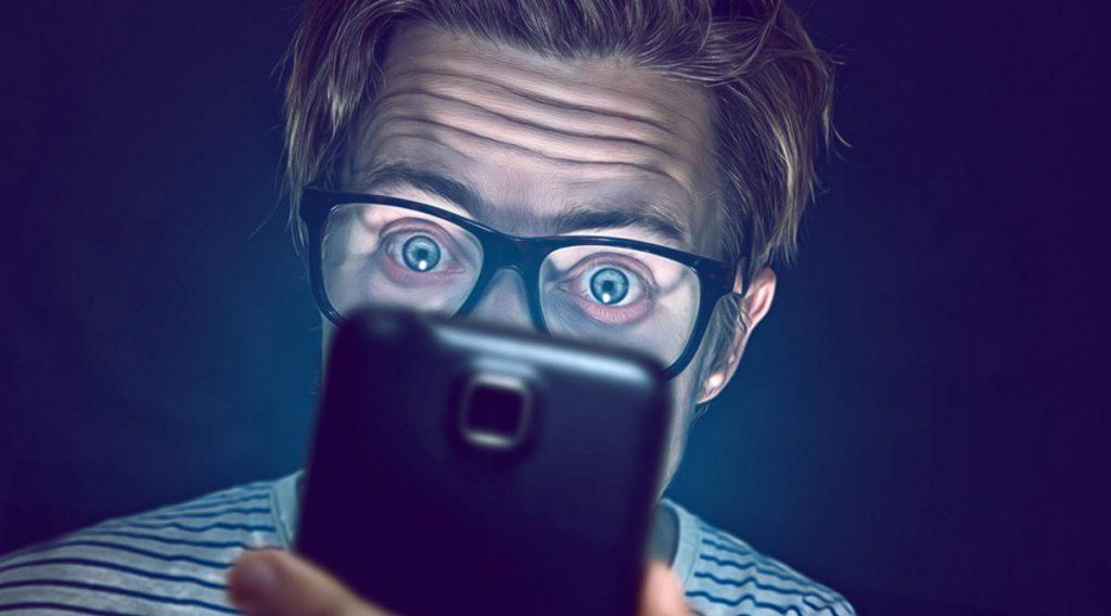 Ánh sáng xanh từ smartphone, tablet và laptop có thể gây mù lòa nhanh hơn