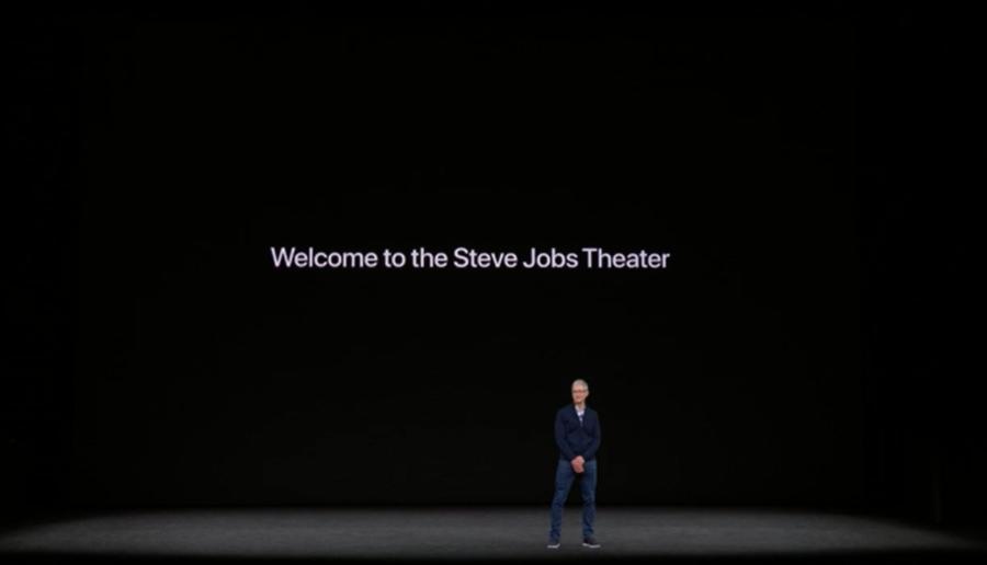 Tim Cook đứng tại Steve Jobs Theater